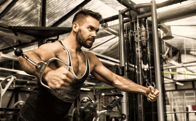 ケーブルクロスオーバーで「大胸筋」をバランスよく鍛える方法を解説