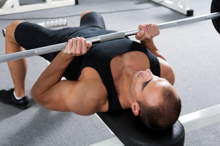 ナローベンチプレスは上腕三頭筋に効く!手順とポイントを解説